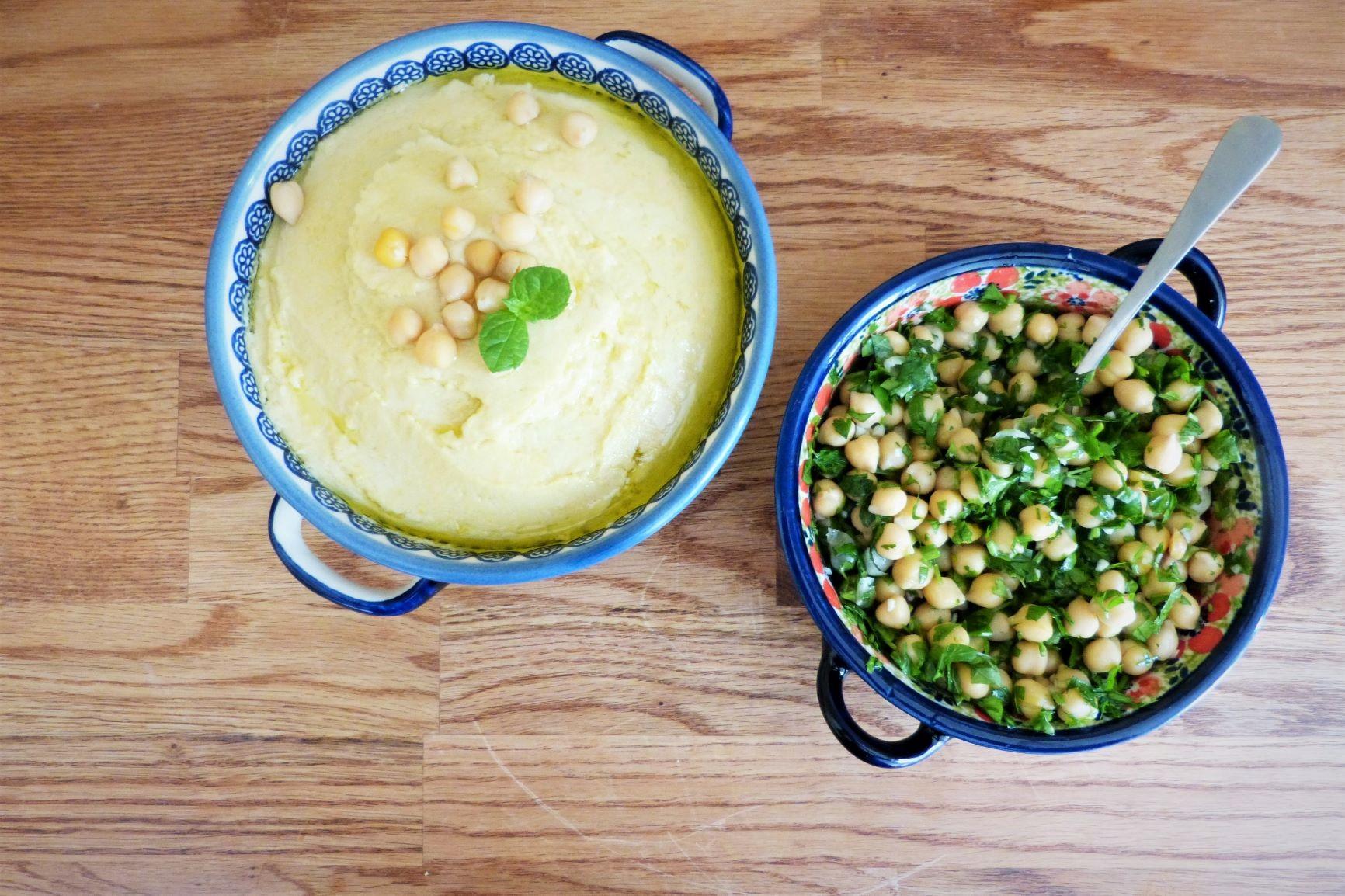 klasyczny hummus z sałatką z ciecierzycy