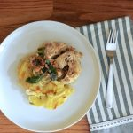 Zapiekanka ziemniaczana z kurczakiem, kurkami i szałwią